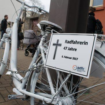 Weißes Fahrrad auf der Großen Diesdorfer Straße erinnert an verunglückte Radfahrerin