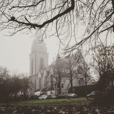 Die Pauluskirche im morgendlichen Novembernebel.