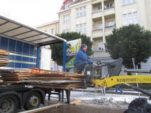 Abladen der Hütten die uns vom Heimatverein der Gartenstadt Möser überlassen worden