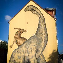Wie die Dinos nach Stadtfeld kamen… Vor-Ort-Gespräch am Dinowandbild Olvenstedter Straße