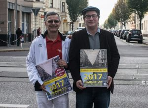 Gert Fiedler und der Vorsitzende des Bürgervereins Stadtfeld, Thomas Opp, präsentieren den Stadtfeld-Kalender für 2017